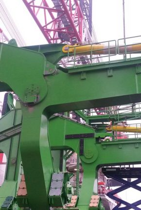 Hydraulic cylinders for skidding & upending tool